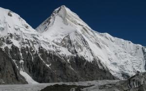 Скалистая гора под снегом