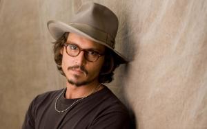 Джонни Депп в шляпе и очках