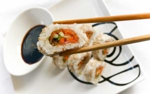 Суши в соевом соусе