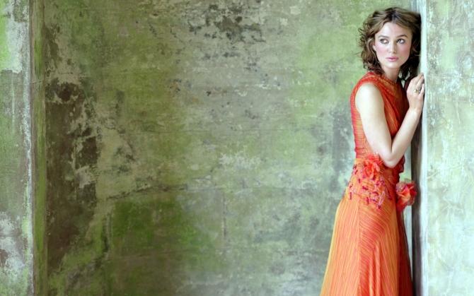 Кира Найтли в красном платье