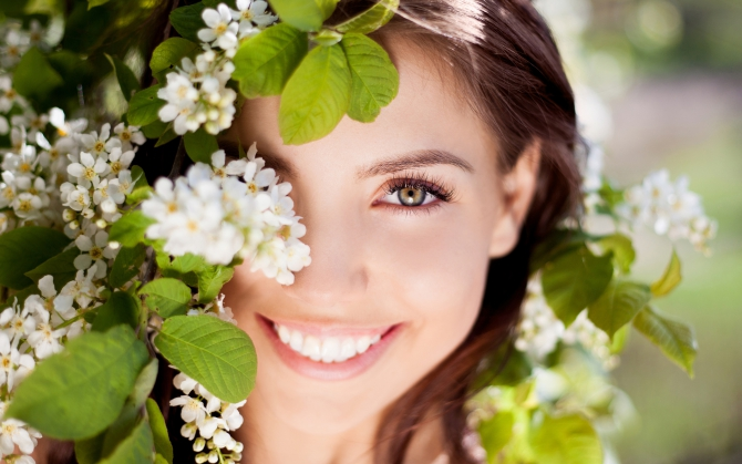 Девушка с цветущим деревом
