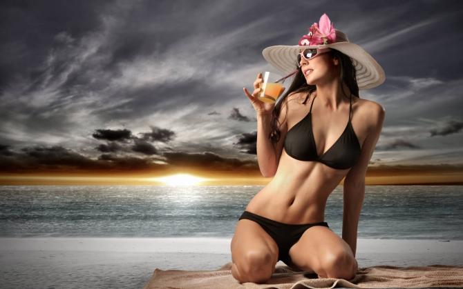 Девушка в шляпке у моря