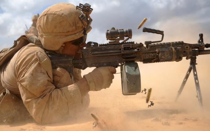 Солдат с пулеметом