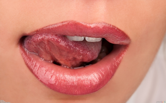 Девушка облизывает губы