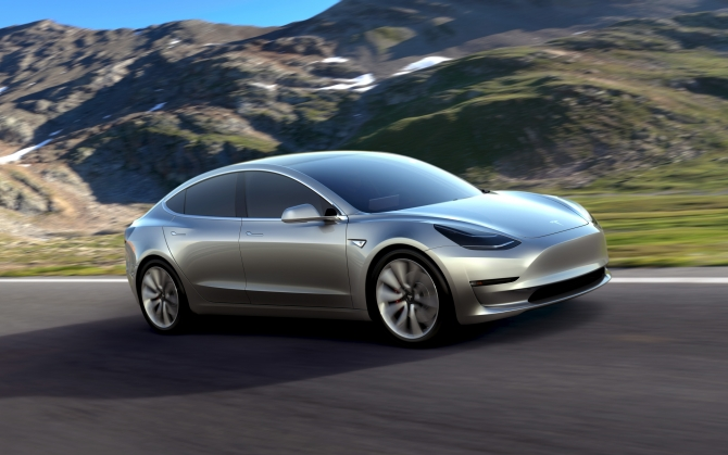 Tesla Model 3 на дороге