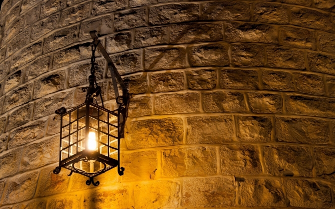 Фонарь на каменной стене