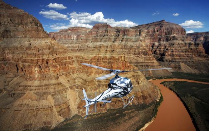 Вертолет в каньонах