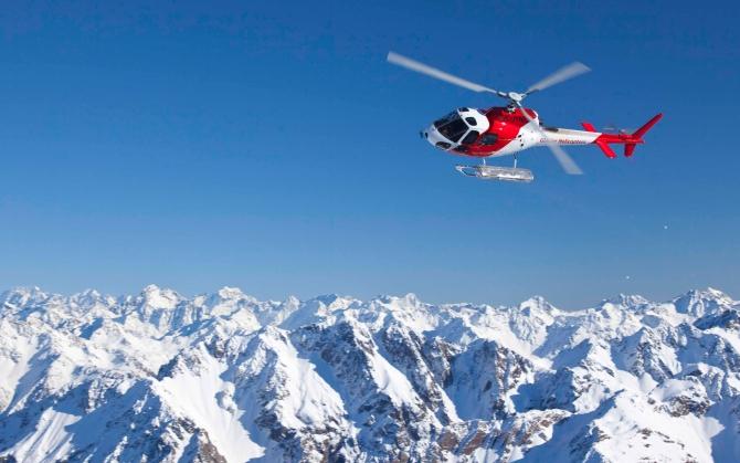 Вертолет в горах