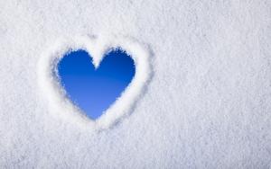 Сердечко на снегу