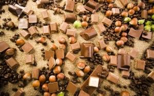 Плитки шоколадок и орехи