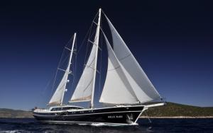 Яхта с парусами