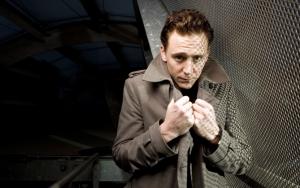 Том Хиддлстон в плаще