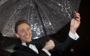 Том Хиддлстон улыбается