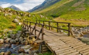 Деревянный мостик через реку