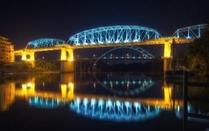 Ночной мост с подсветкой