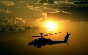Военный вертолет на закате