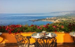 Кафе с видом на море в Италии
