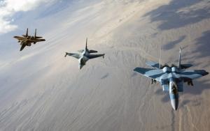 Три военных самолета в небе