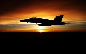 Военный самолет на закате