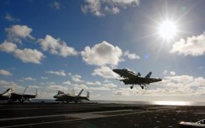 Военные самолеты на взлетной полосе