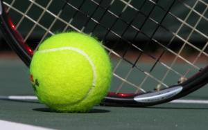 Мяч и ракетка на корте