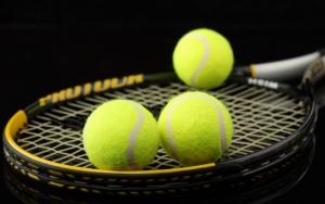 Теннисные мячи на ракетке