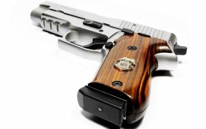 Пистолет с деревянной рукояткой