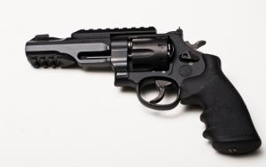 Черный револьвер