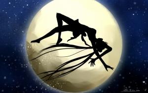 Сейлормун на фоне луны