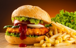 Гамбургер с картошкой и зеленью
