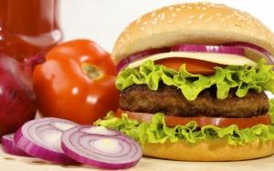 Гамбургер с помидорами и луком