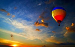 Воздушный шар на закате