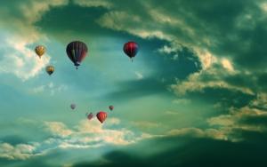 Воздушные шары в облачном небе