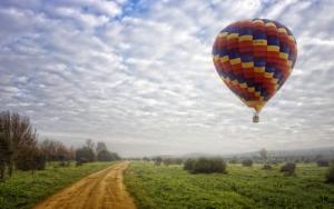 Воздушный шар над землей