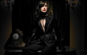 Кира Найтли в черном костюме