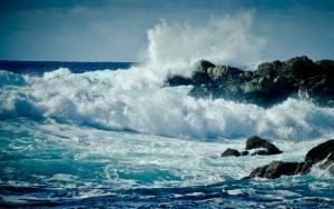 Волны на скалистом пляже