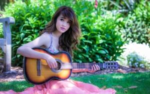Азиатка с гитарой