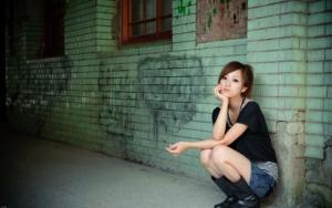 Азиатка в джинсовой юбке