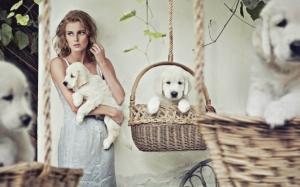 Девушка со щеночками