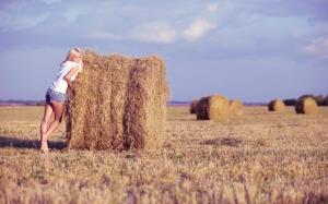 Девушка с сеном