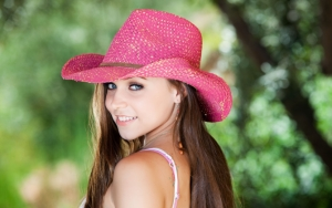 Девушка в ковбойской шляпе