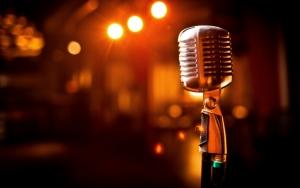 Микрофон на штативе