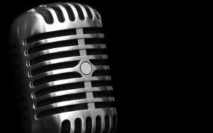 Микрофон на черном фоне