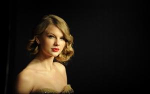 Тейлор Свифт на черном фоне