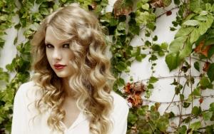 Тейлор Свифт в белом