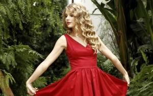 Тейлор Свифт в красном платье