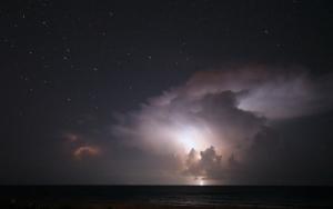 Молния над морем