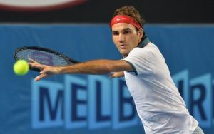Роджер Федерер отбивает мяч