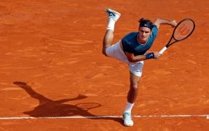 Федерер играет в теннис