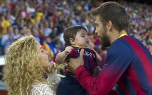 Шакира и Пике с сыном на стадионе